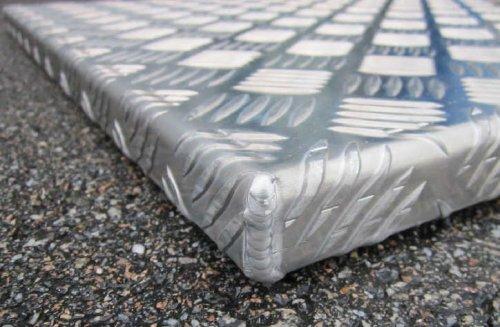Photo d'angle d'un capot en aluminium réalisé par Alistep