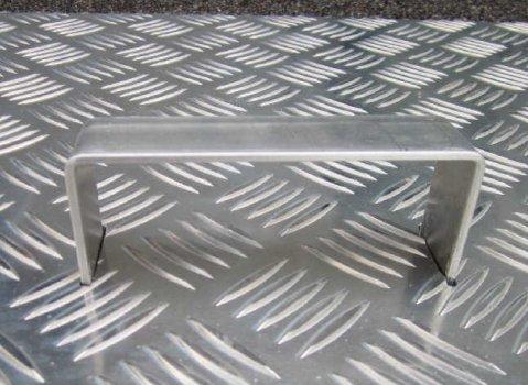 Photo d'une poignée de capot en aluminium réalisée par Alistep